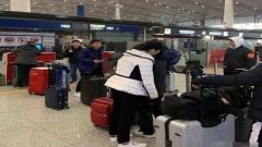 国乒出征新加坡1人被禁赛!丁宁机场打瞌睡 靠队友肩膀睡觉