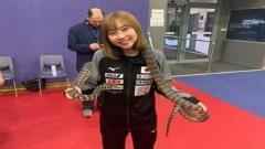 石川佳纯妹妹开心玩蛇 网友期待:小姨子也很美 也嫁到中国吧