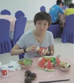 揭秘国乒军训都吃啥? 看丁宁这桌有荤有素有水果